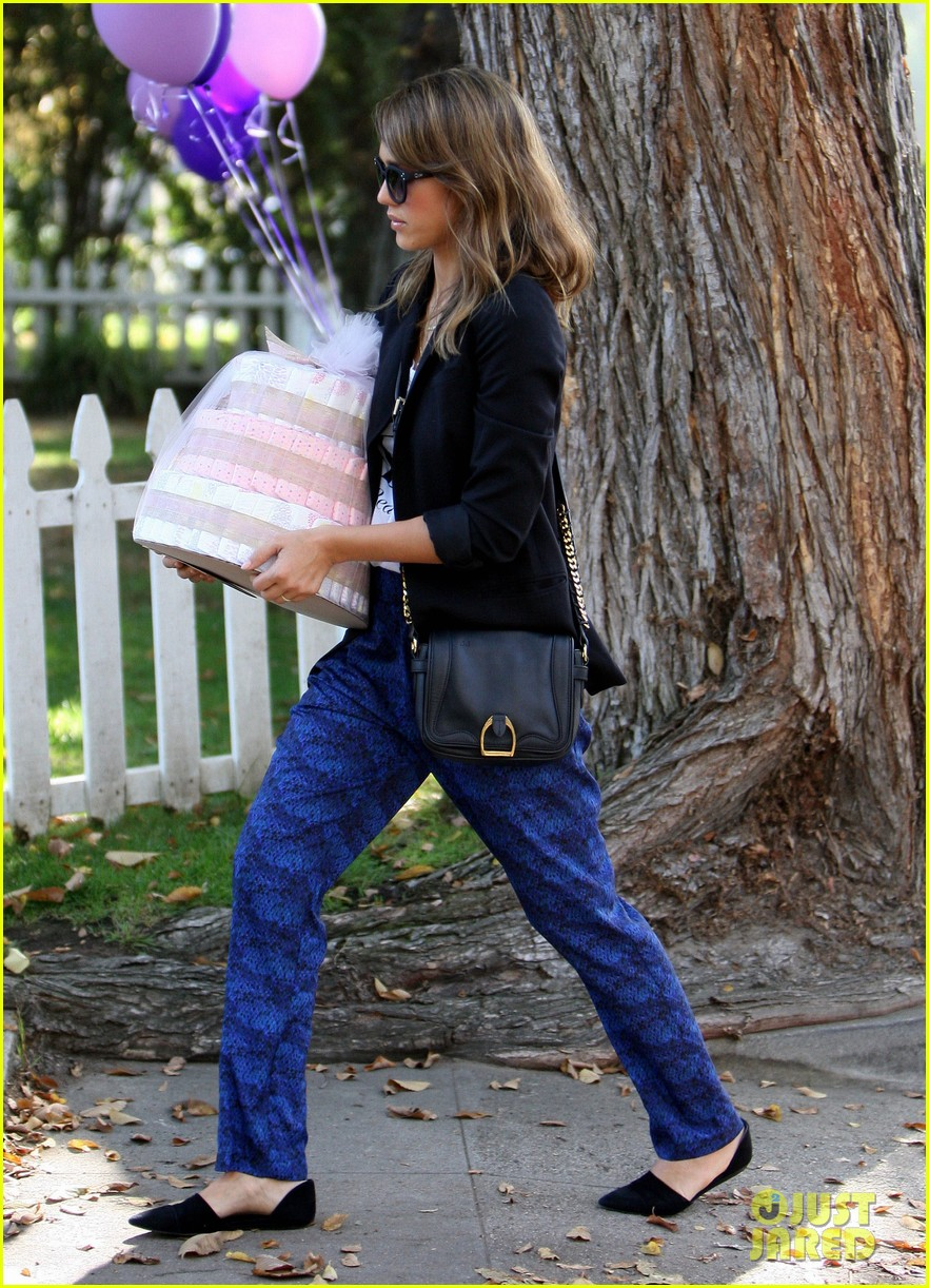 jessica alba gifts honest company diapers at baby shower 03
