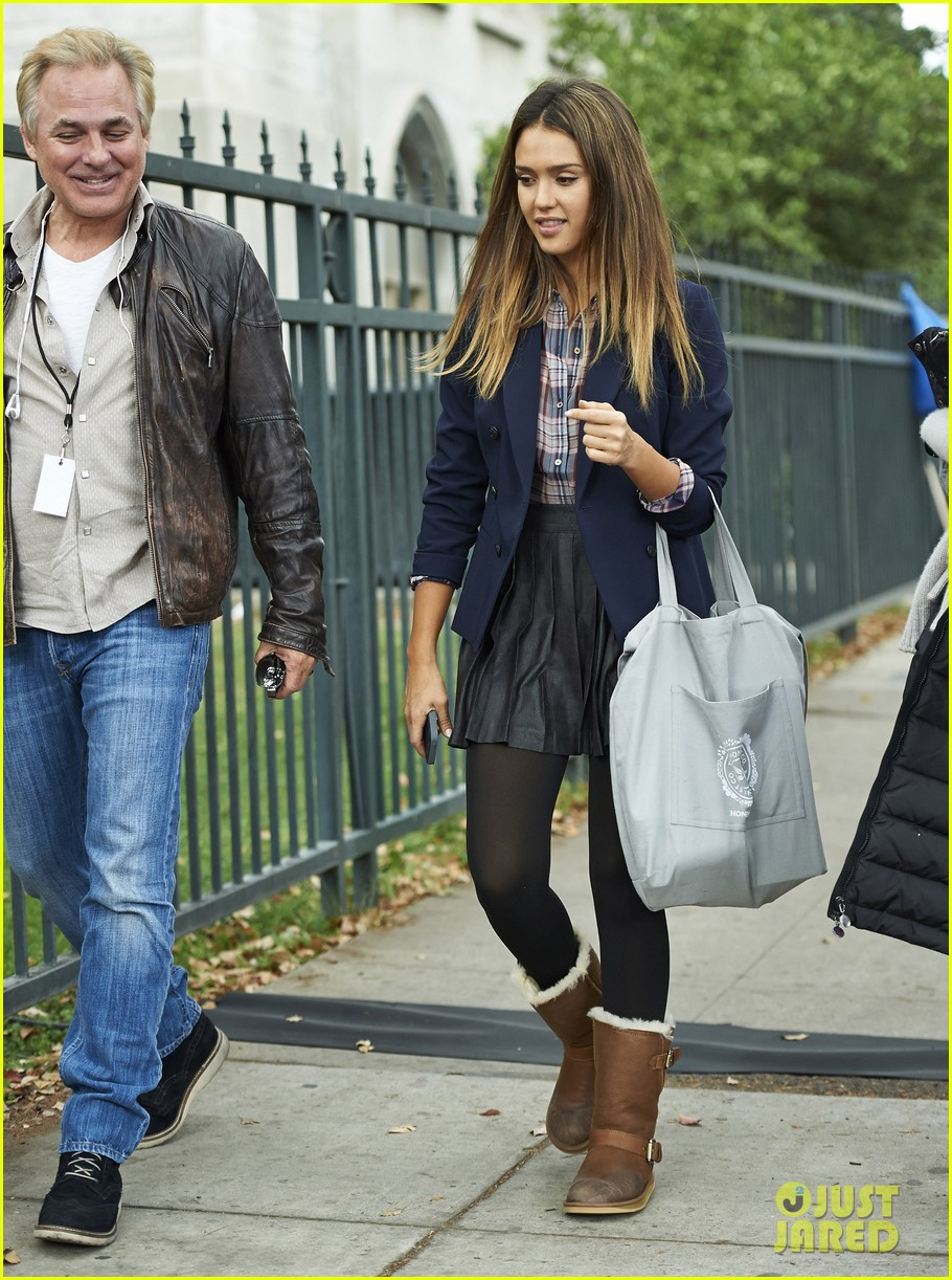 jessica alba englishman set with pierce brosnan 03