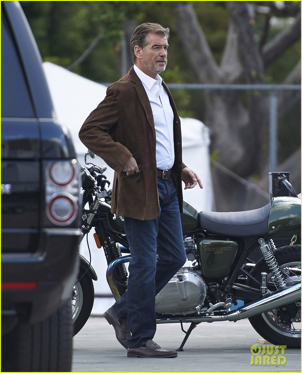 jessica alba englishman set with pierce brosnan 19