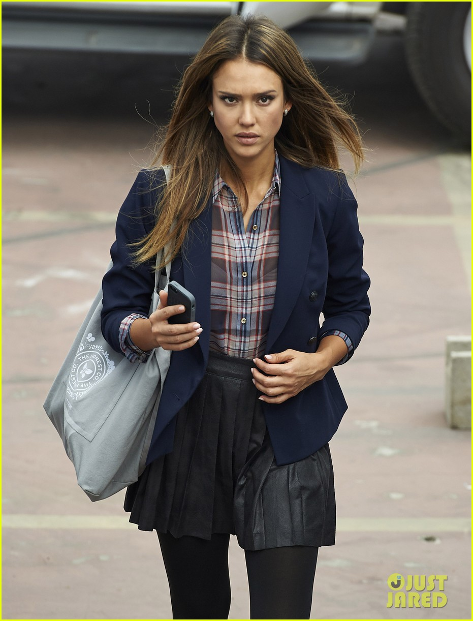 jessica alba englishman set with pierce brosnan 26