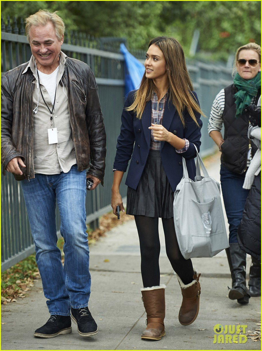 jessica alba englishman set with pierce brosnan 29