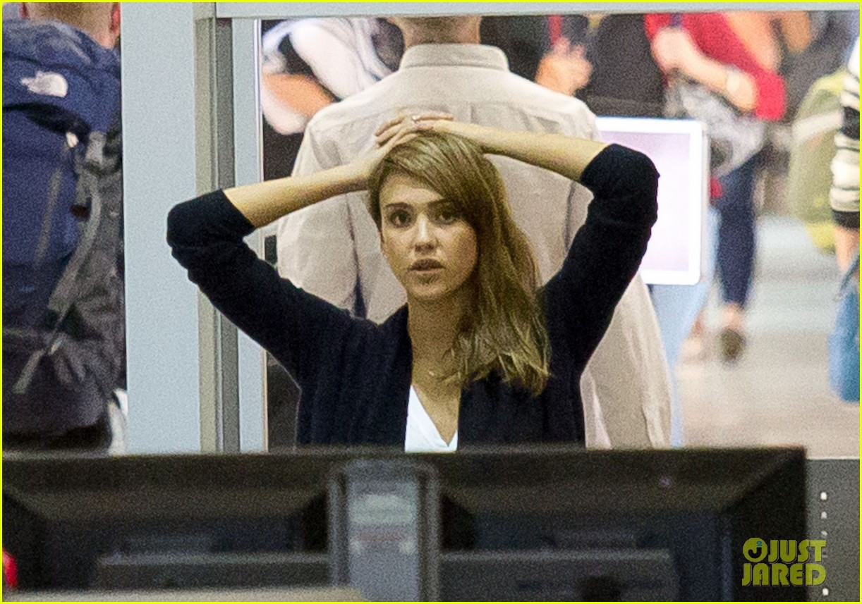jessica alba treats herself before flight out of town 02