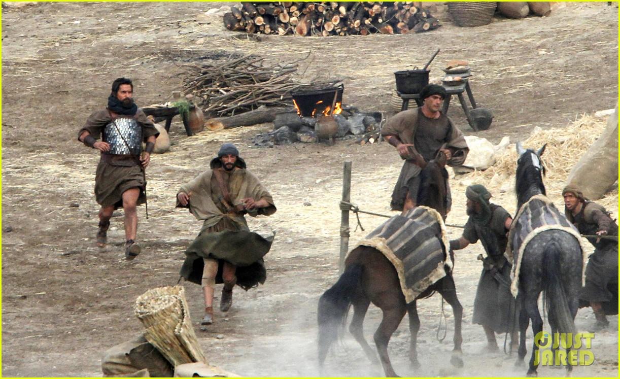 Exodus de Ridley Scott avec Christian Bale, Aaron Paul et Joel Edgarton.  Christian-bale-exodus-desert-filming-in-spain-27