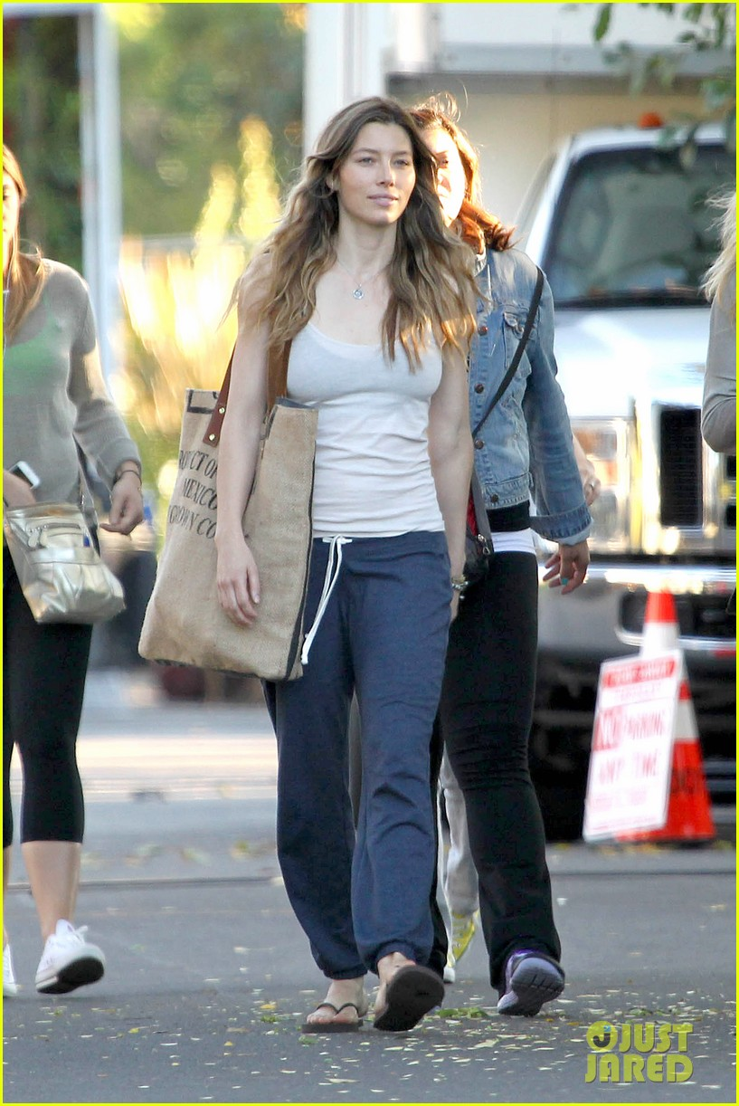 jessica biel shows svelte figure in tiny tank for shiva may 09