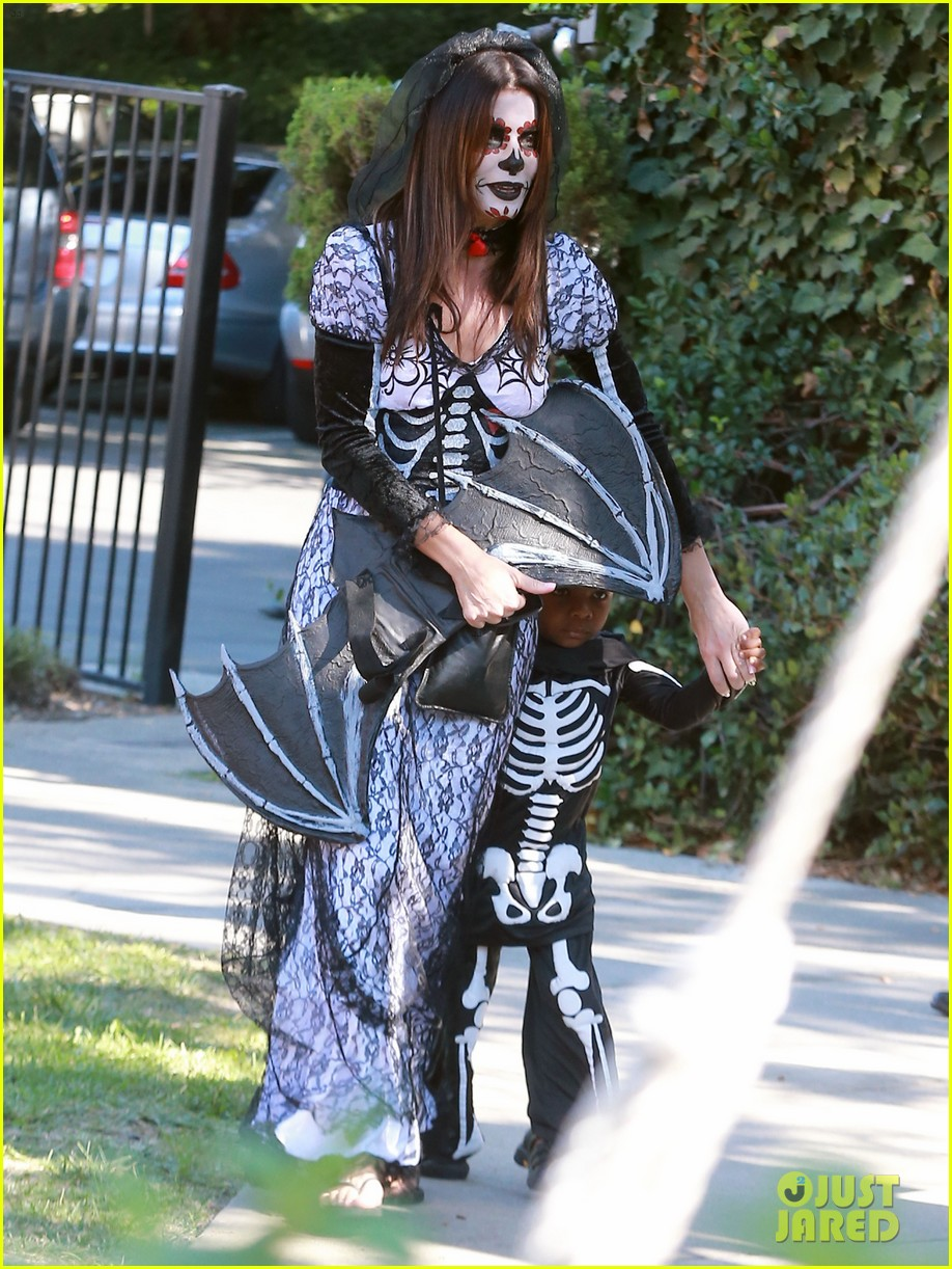 sandra bullock goes spooky for halloween party with louis 012975118