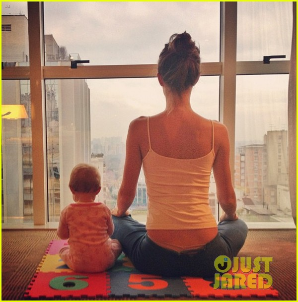 gisele bundchen does her morning yoga with vivian 03