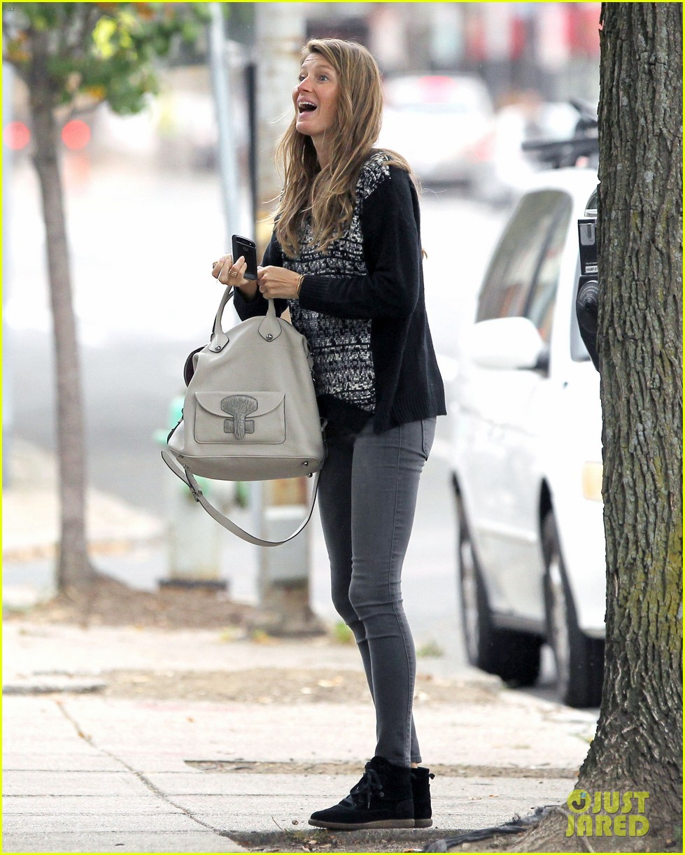 gisele bundchen does her morning yoga with vivian 07