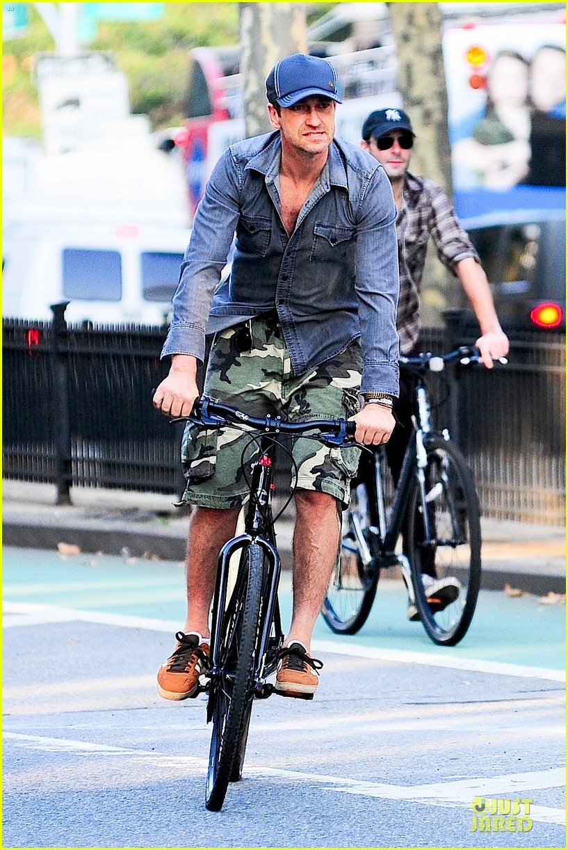 gerard butler camouflages bike ride in nyc 10