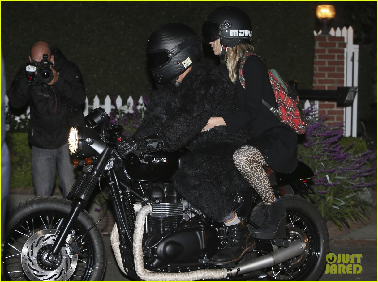 bradley cooper suki waterhouse halloween party pair 02