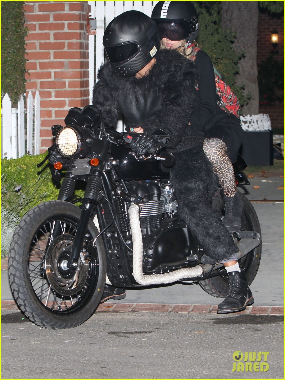 bradley cooper suki waterhouse halloween party pair 052981371