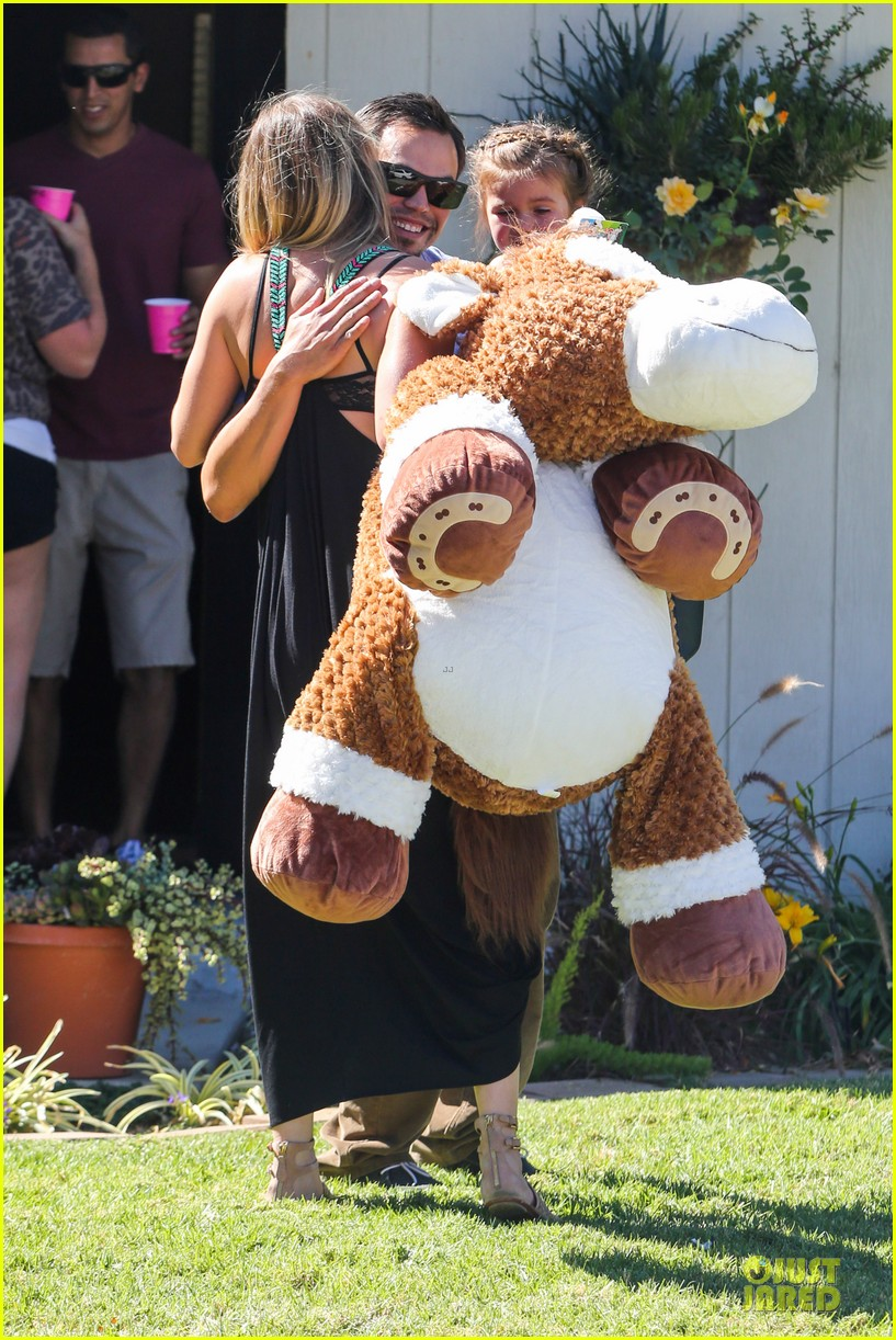 kaley cuoco ryan sweeting brings big gift to birthday party 13