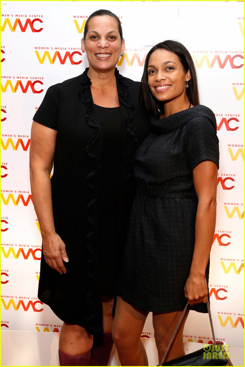 rosario dawson women media awards with mom isabel 08