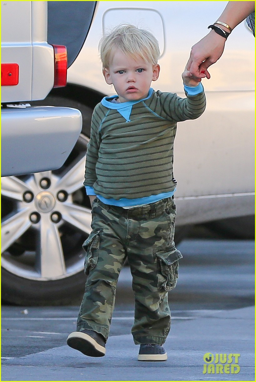 hilary duff dinner with luca after b day celebrations 02