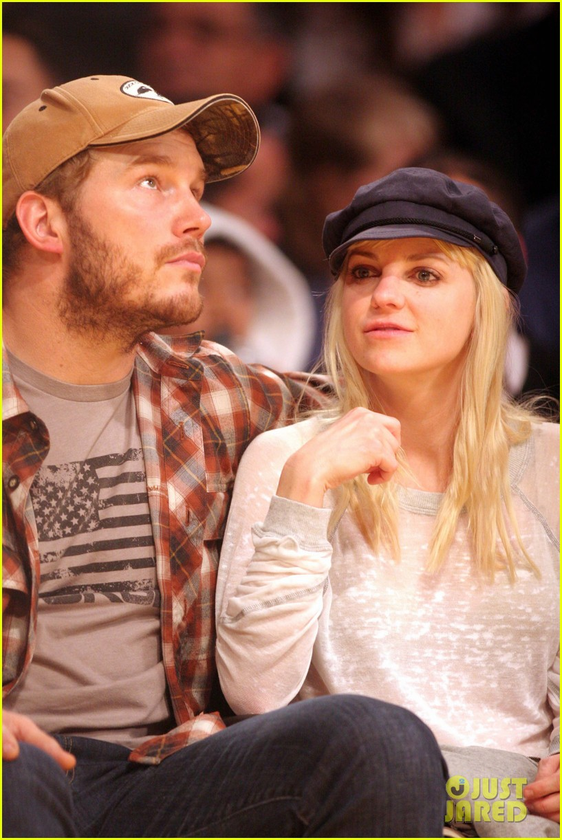 anna faris chris pratt cuddle close for lakers win 02