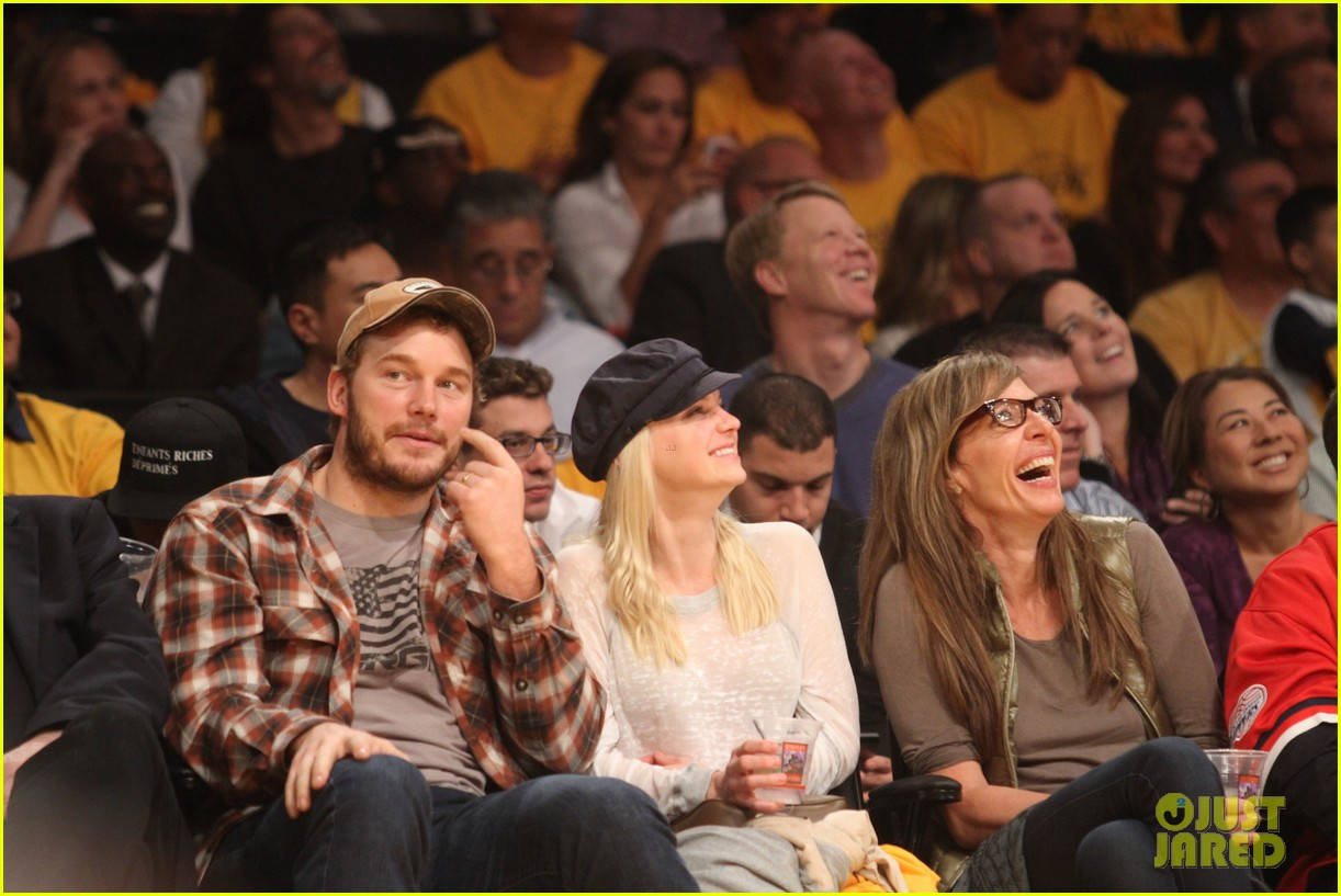 anna faris chris pratt cuddle close for lakers win 07
