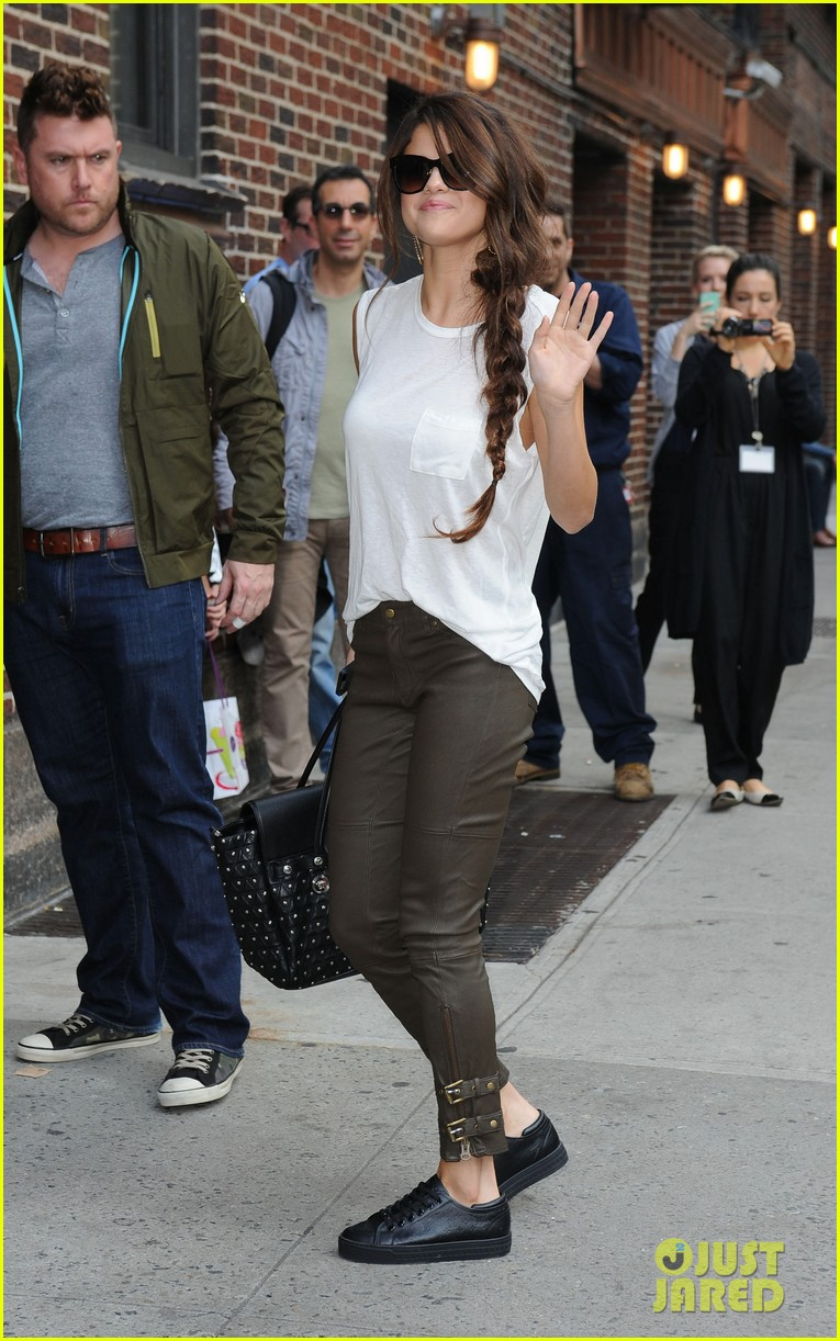 selena gomez arrives for late show appearance 11