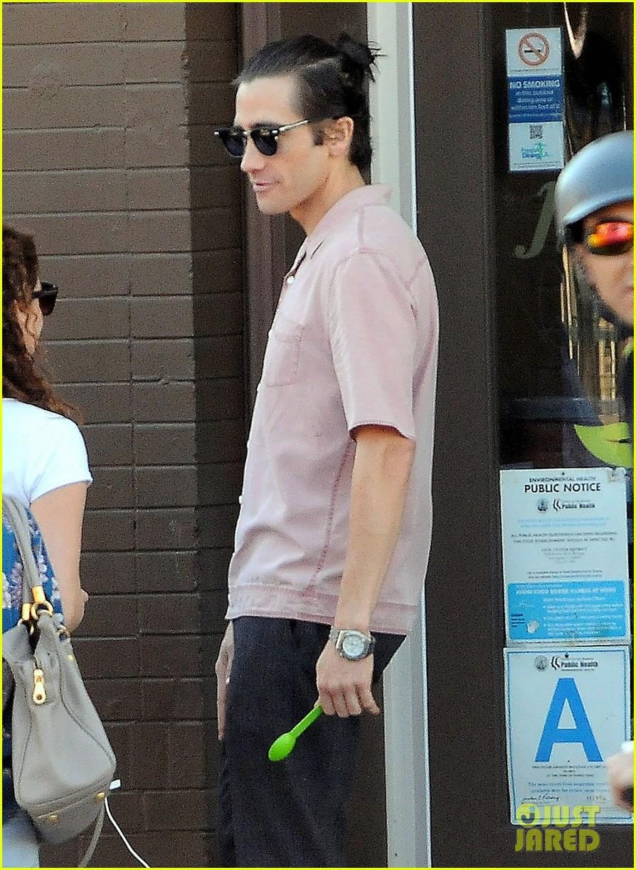jake gyllenhaal wears hair in tiny bun on nightcrawler set 042972571
