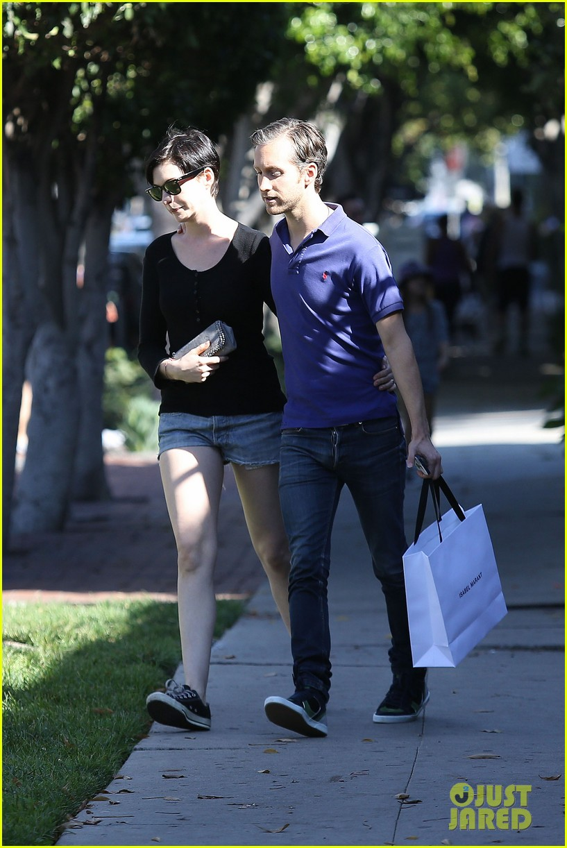 anne hathaway adam shulman victory awards couple 14