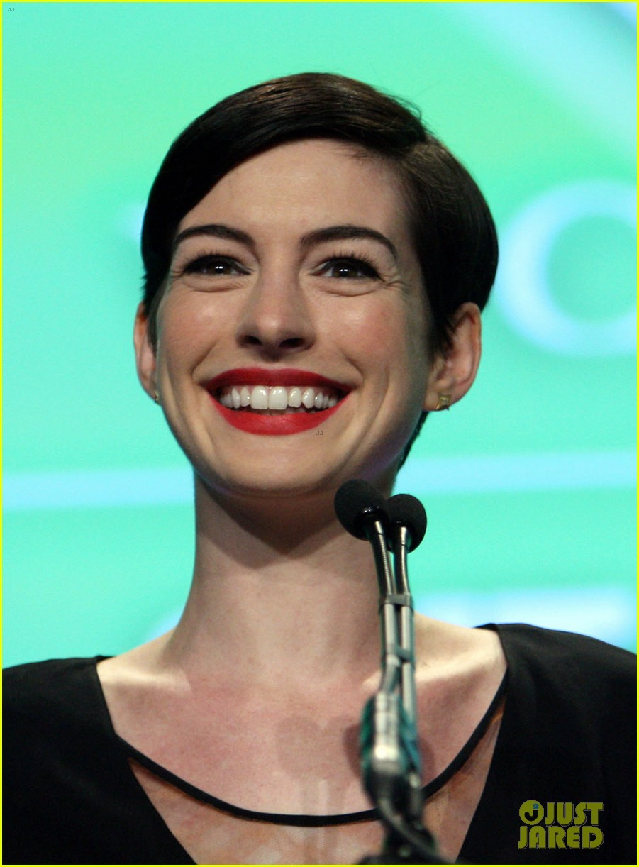 anne hathaway adam shulman victory awards couple 182976312