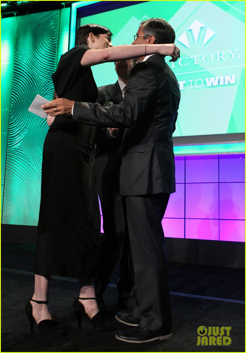 anne hathaway adam shulman victory awards couple 26