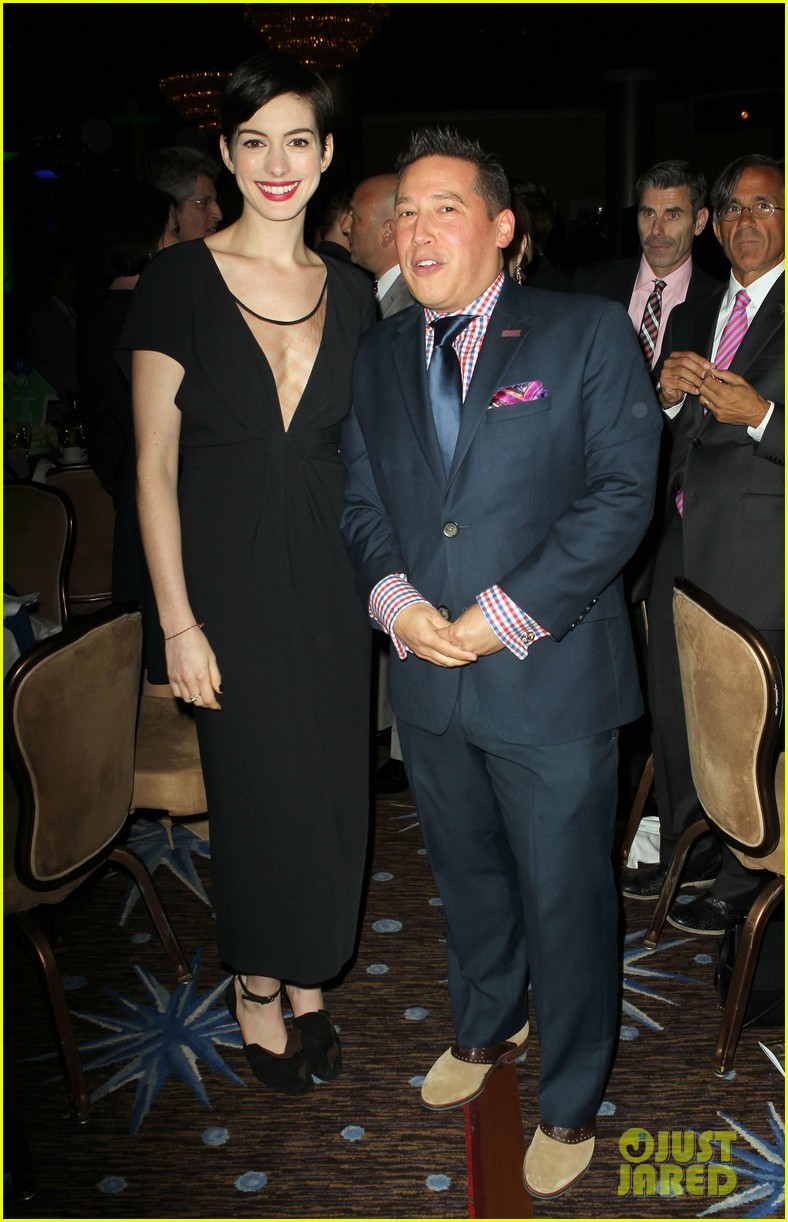 anne hathaway adam shulman victory awards couple 29