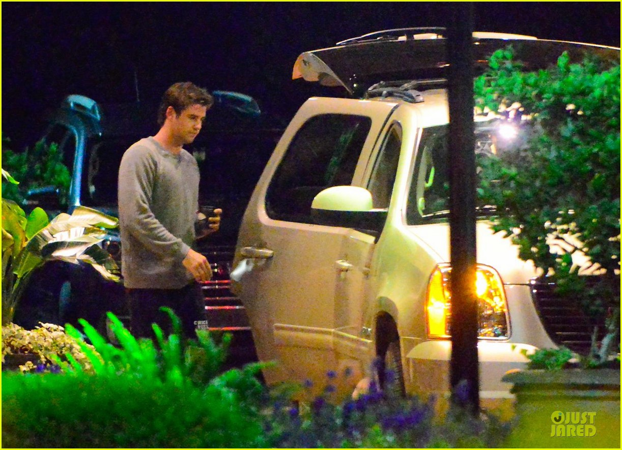 liam hemsworth gun show on mockingjay set 062969706