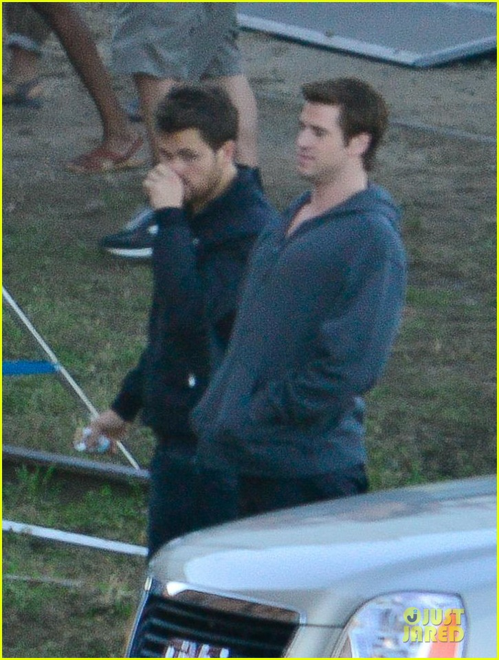 liam hemsworth gun show on mockingjay set 082969708