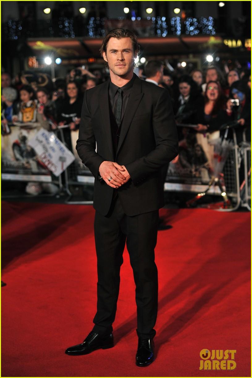 http://cdn03.cdn.justjared.com/wp-content/uploads/2013/10/hemsworth-prem/chris-hemsworth-tom-hiddleston-thor-the-dark-world-premiere-03.jpg