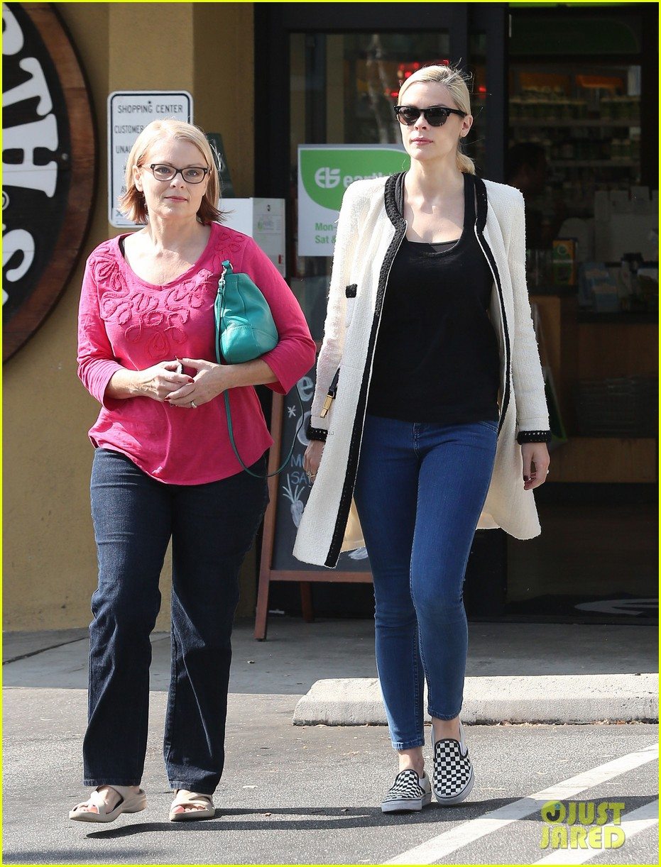 jaime king earth bar stop wtih mom nancy 01