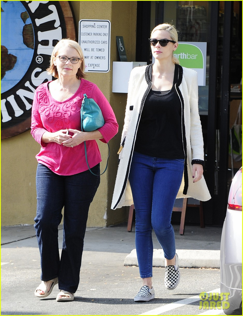 jaime king earth bar stop wtih mom nancy 152978098
