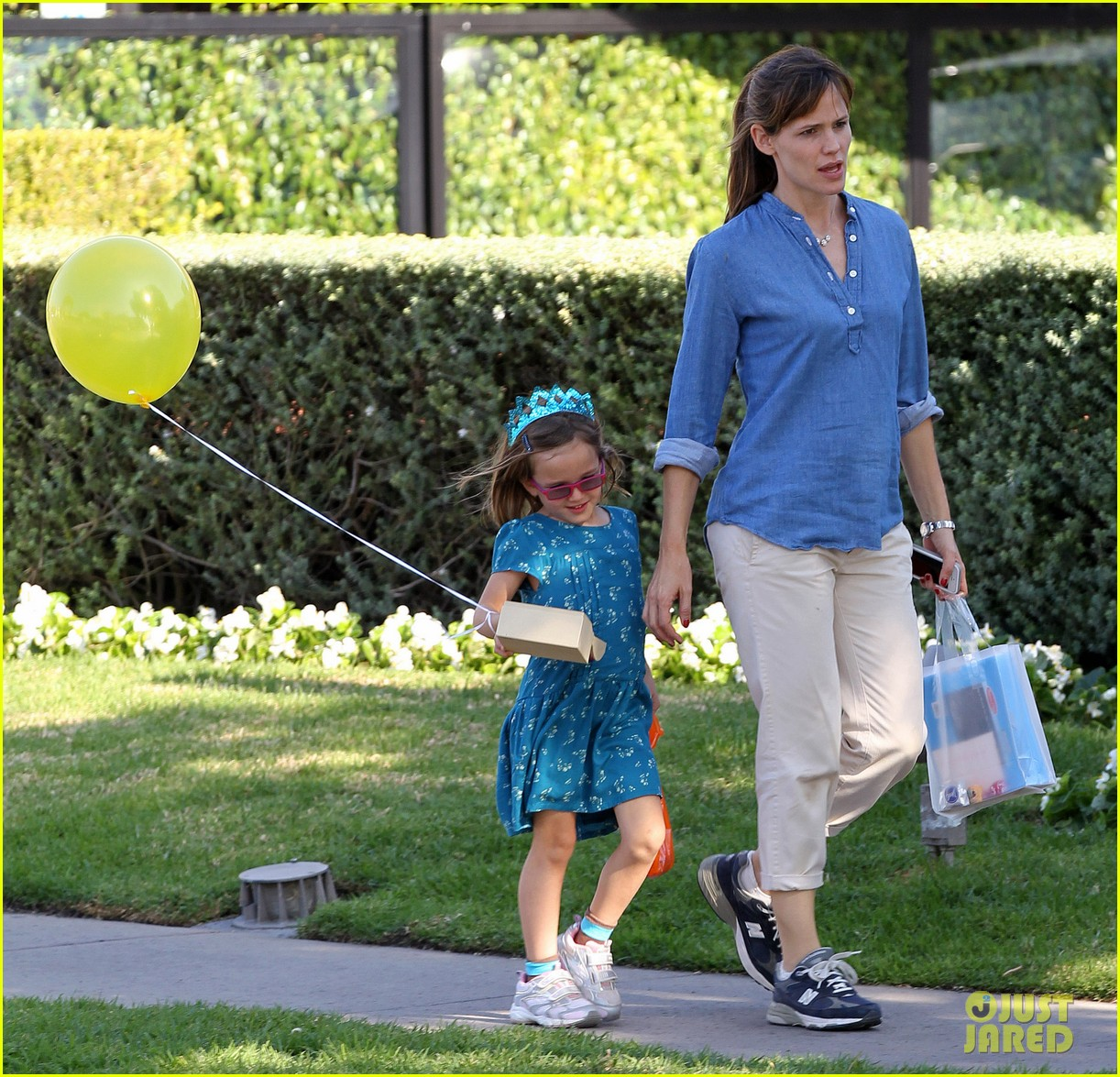 jennifer garner brentwood birthday party with seraphina 12