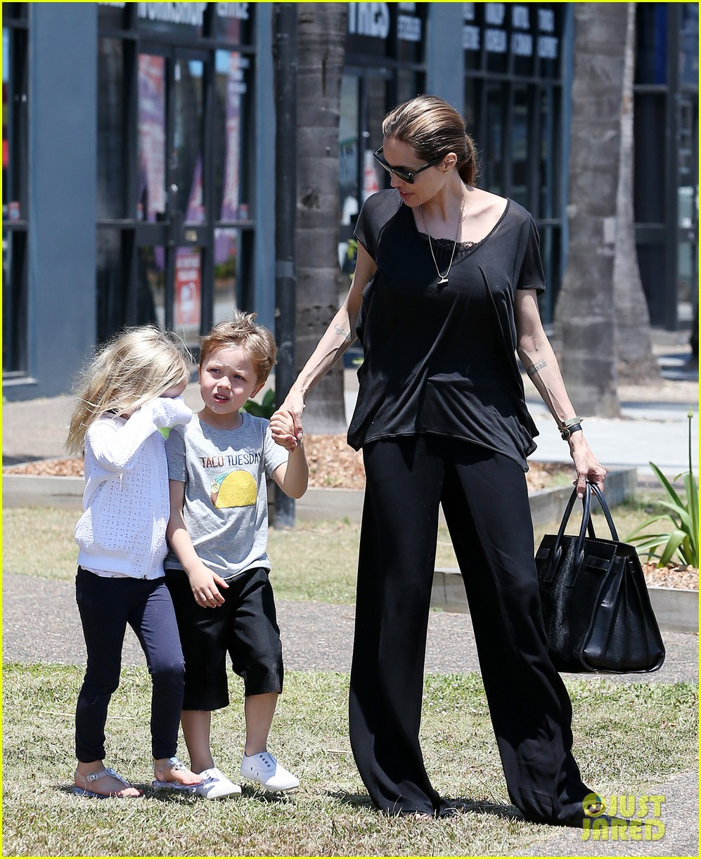 angelina jolie shops in queensland with the twins 04
