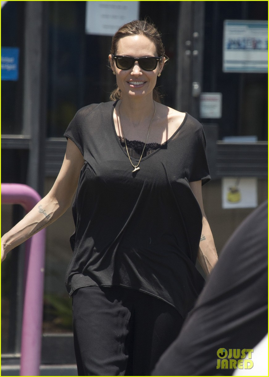 angelina jolie shops in queensland with the twins 072980817