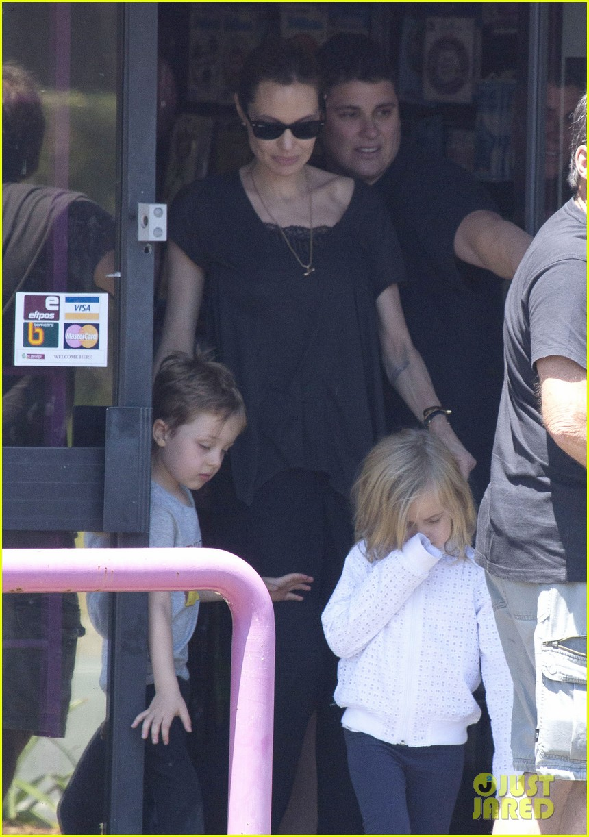 angelina jolie shops in queensland with the twins 10