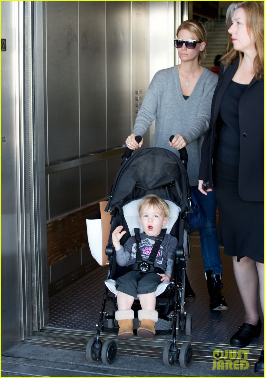 january jones hangs with smiley xander after babys class 012972977