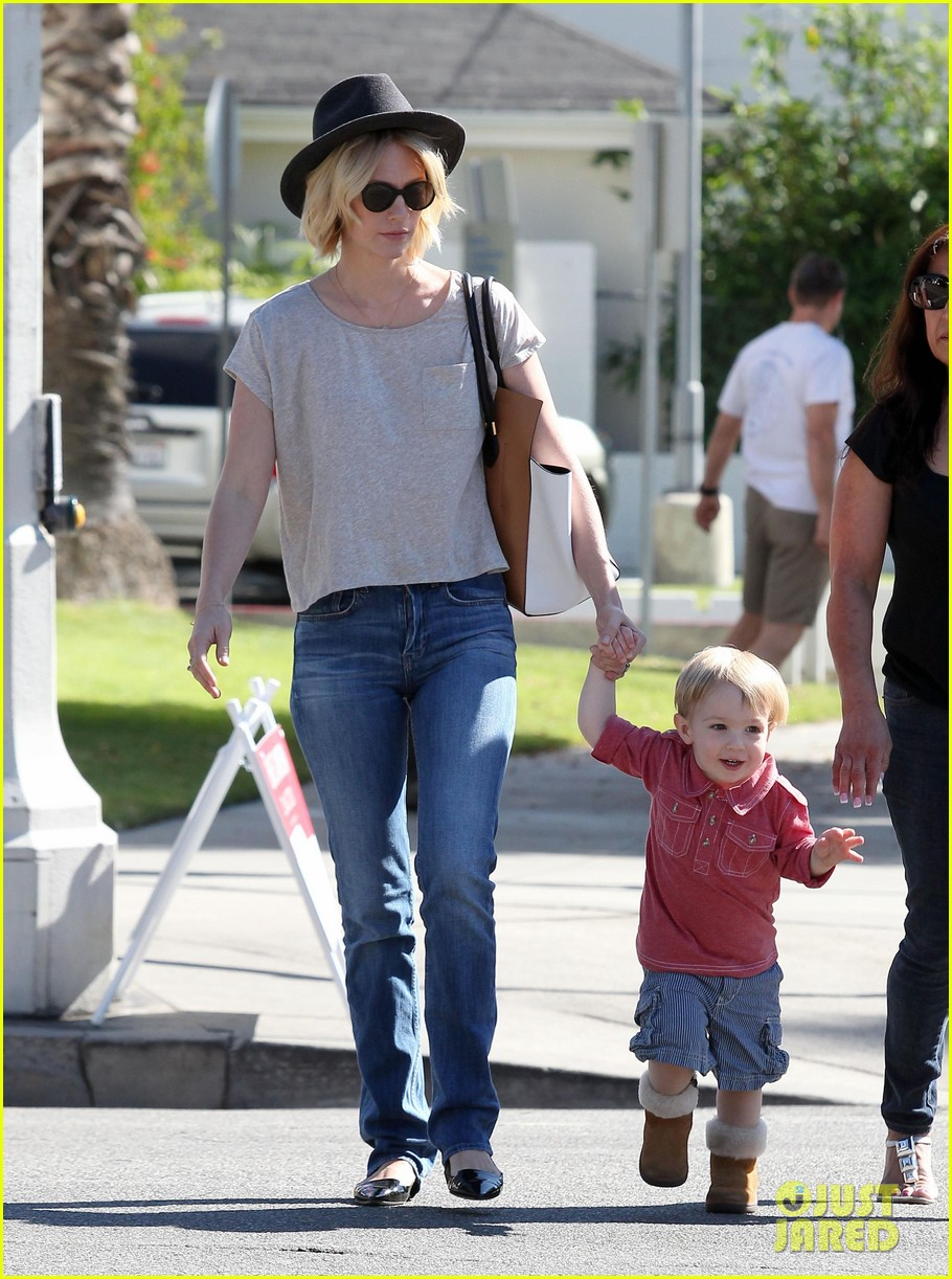 january jones hangs with smiley xander after babys class 05