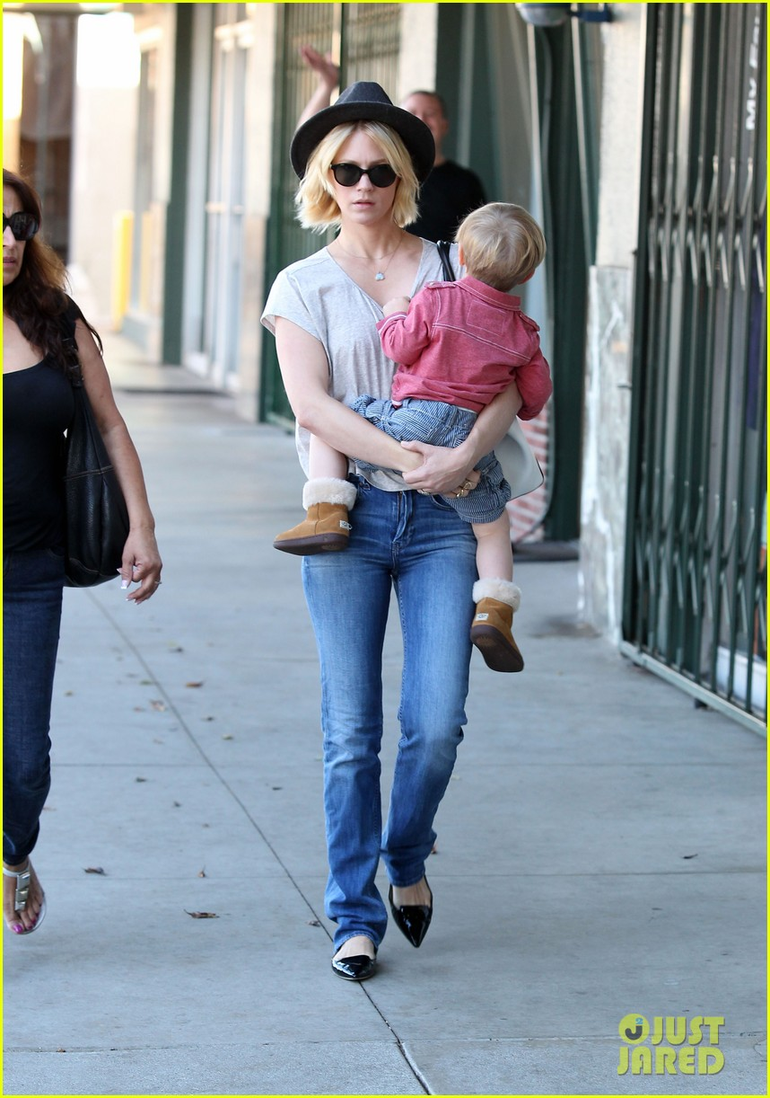 january jones hangs with smiley xander after babys class 09