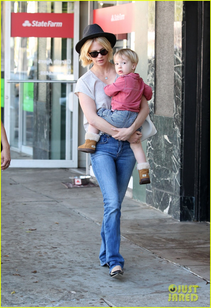 january jones hangs with smiley xander after babys class 122972988
