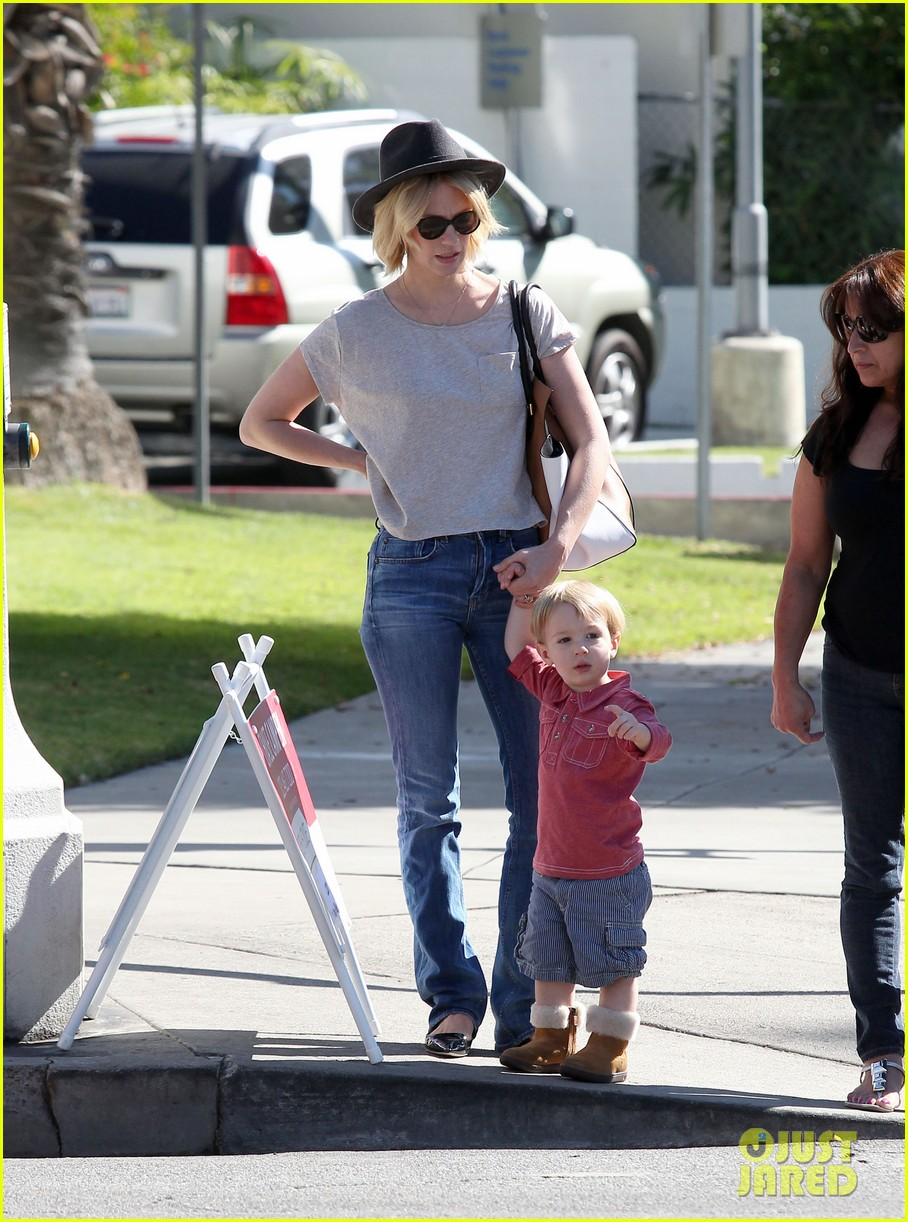 january jones hangs with smiley xander after babys class 18