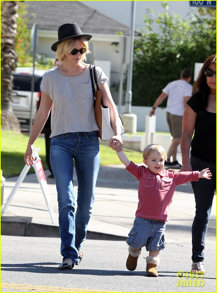 january jones hangs with smiley xander after babys class 202972996