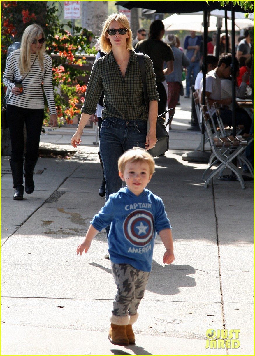 january jones baby boy xander to lunch with friends 03
