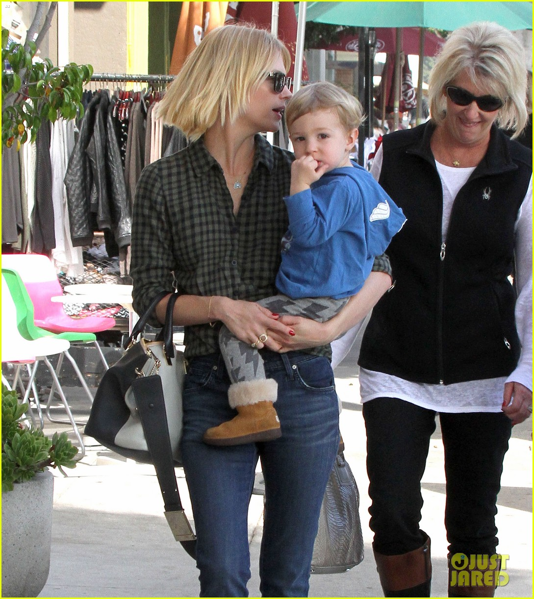 january jones baby boy xander to lunch with friends 092981557