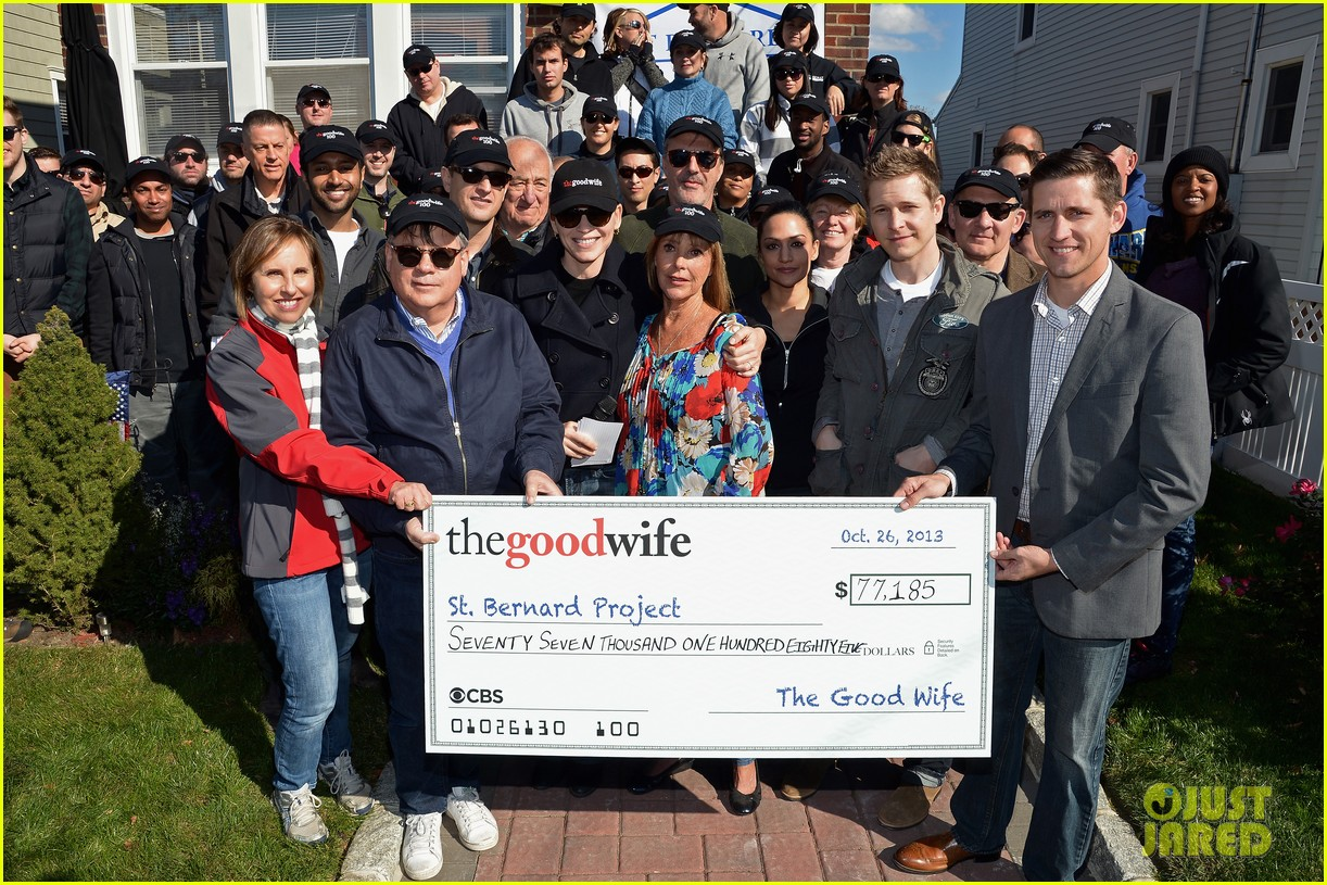 julianne margulies good wife cast raise 75000 for charity 05