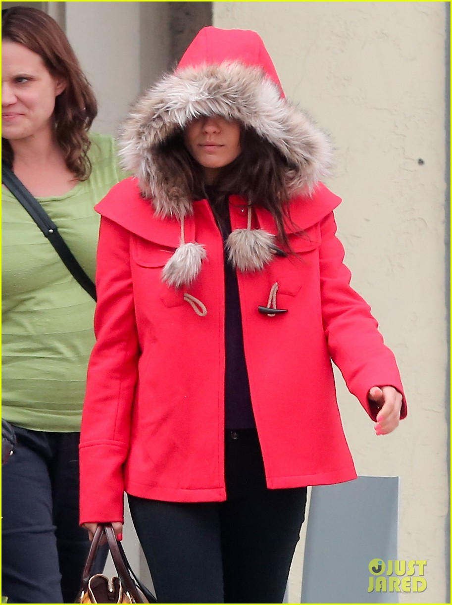 mila kunis wears winter coat for lunch with pals 02