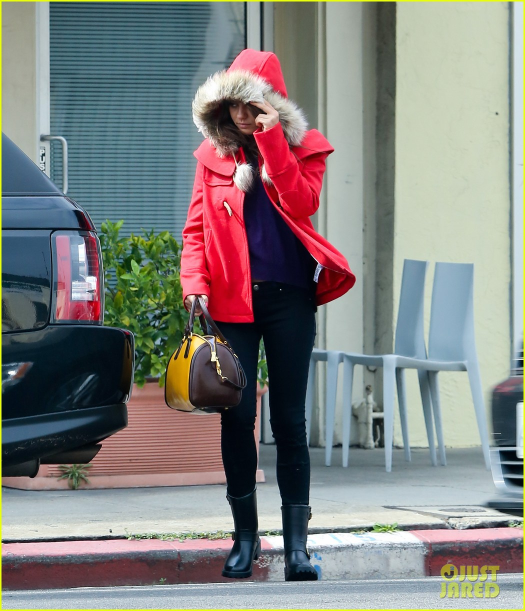 mila kunis wears winter coat for lunch with pals 05