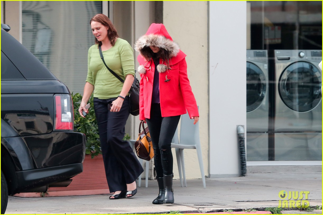 mila kunis wears winter coat for lunch with pals 23