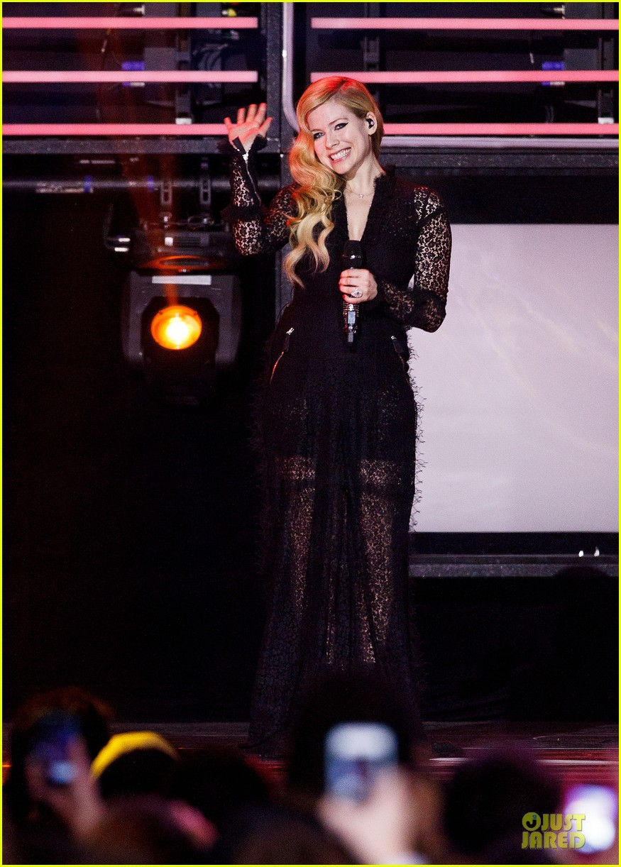 avril lavigne chad kroeger we day couple in vancouver 01