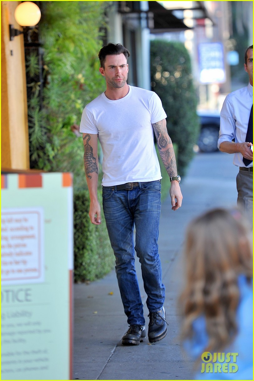 adam levine grabs lunch with behati prinsloo her parents 012975332