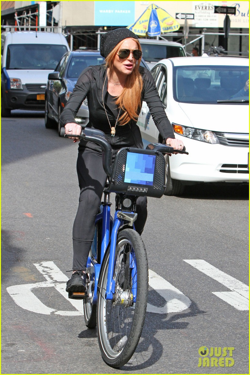 lindsay lohan citibikes with mom dina 052968473