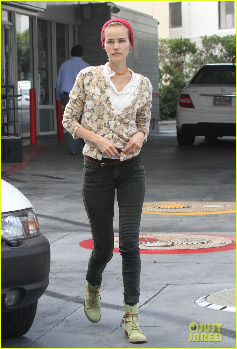 isabel lucas tends to her car at detail shop 04